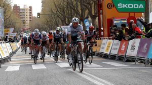 Peter Sagan gana al esprint la penúltima etapa de la Volta 100, en Mataró.