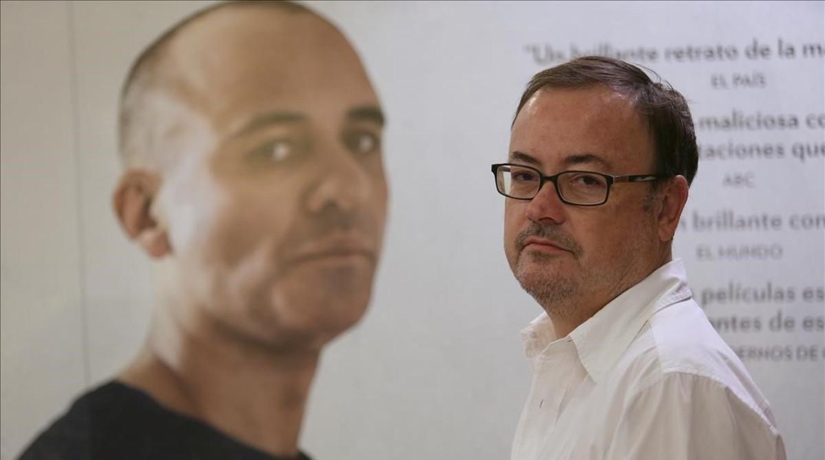 Manuel Martín Cuenca posa frente a un retrato de Javier Gutiérrez, protagonista de 'El autor'.