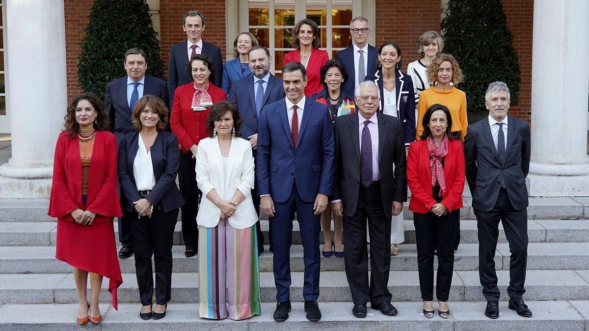 El presidente del Gobierno, Pedro Sánchez, rodeado de sus ministras y ministros, en octubre del 2018.
