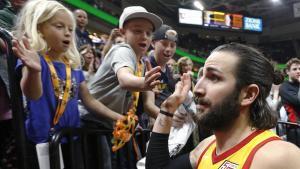 Ricky Rubio saluda a unos pequeños aficionados tras su exhibición ante los Lakers