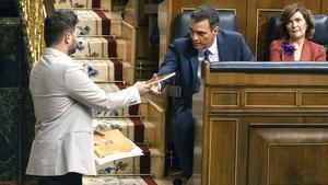Pedro Sánchez y Gabriel Rufián conversan en el Congreso.