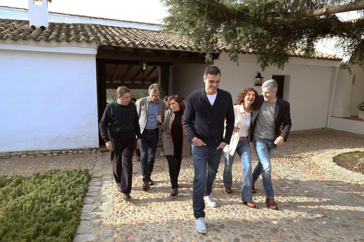 Pedro Sánchez con los ministros de su Gobierno en febrero de 2020 en una finca en Quintos de Mora