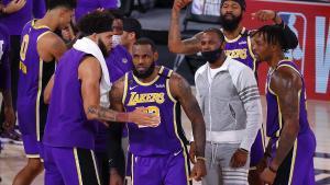 Lebron James celebra con sus compañeros el acceso a la finalde la NBA