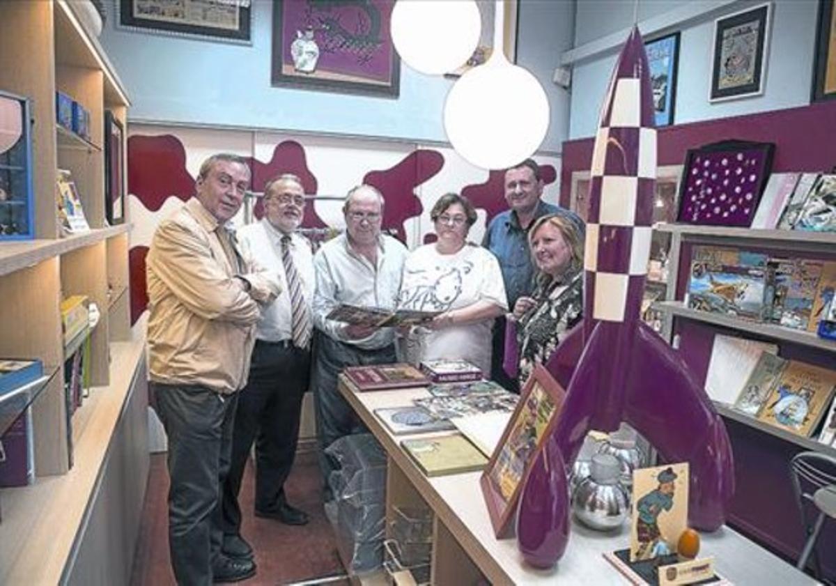 Punto de encuentro,El dueño de la tienda, Marc Ravarté (en el centro), y varios incondicionales de Tintín.