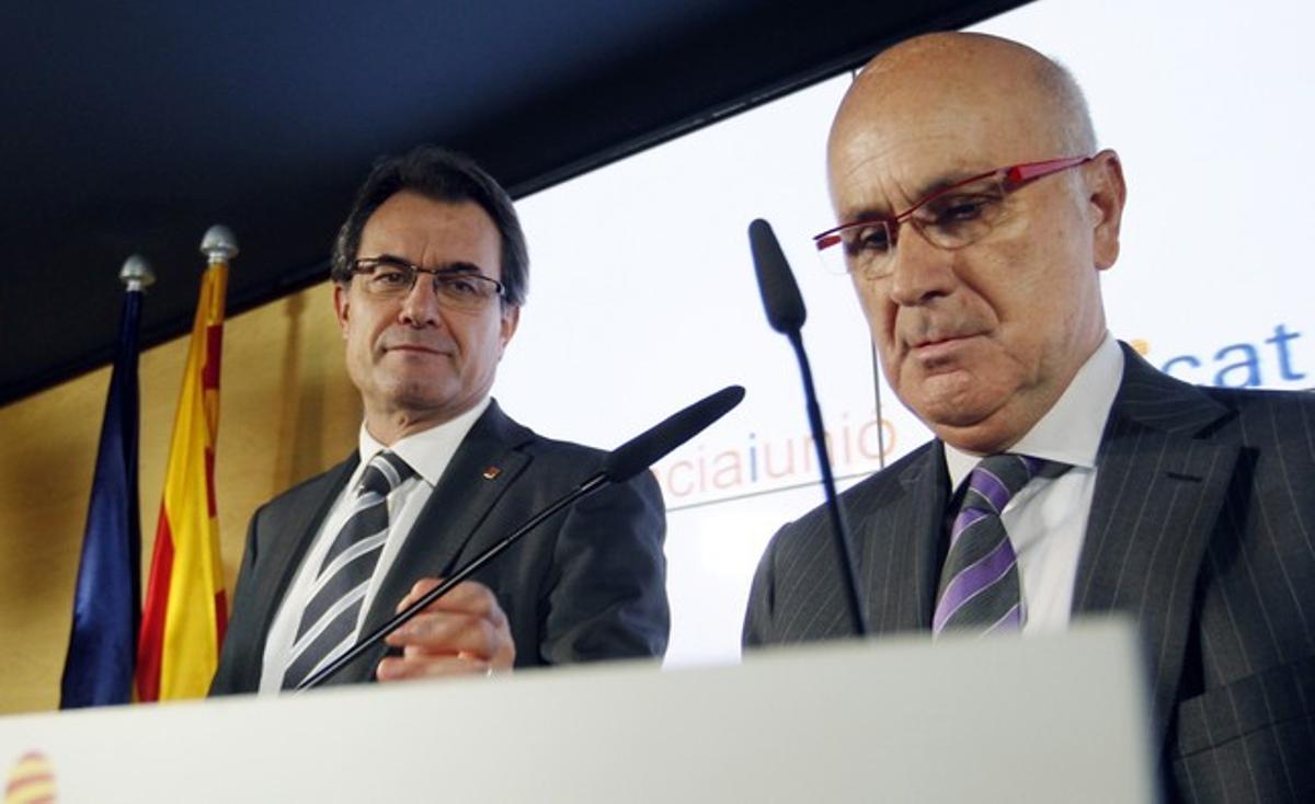 Josep Antoni Duran Lleida, en primer término, junto a Artur Mas, el lunes, en Barcelona.
