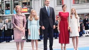 Los Reyes, Leonor, Sofía y la reina Sofía, a su llegada al Teatro Campoamor de Oviedo.