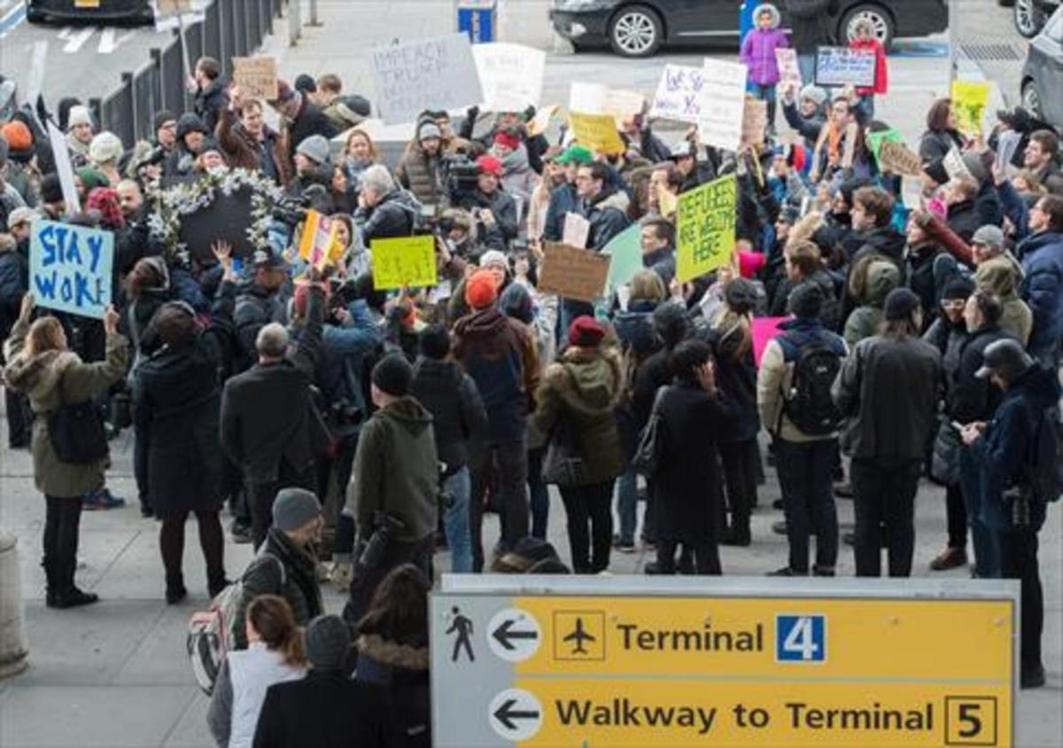 REFUGIADOS Manifestación en el aeropuertoJFK de Nueva York contra el cierre de fronteras.