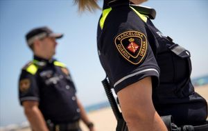 Dos agentes de la Guardia Urbana de Barcelona en la playa.