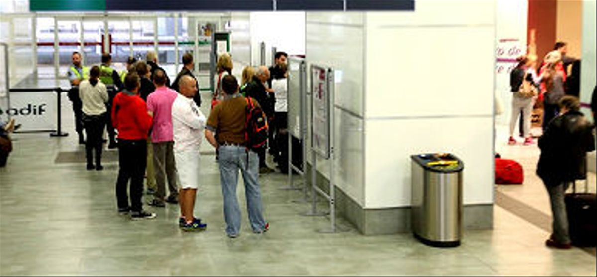 Inquietud de los pasajeros afectados por la incidencia del AVEen la estación de Figueres.