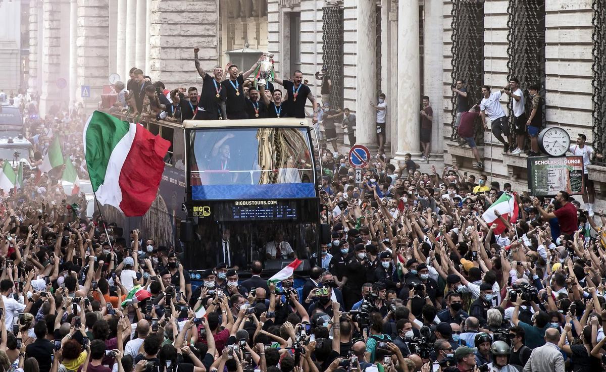 La selección italiana de fútbol celebra el triunfo en la Eurocopa por las calles de Roma.