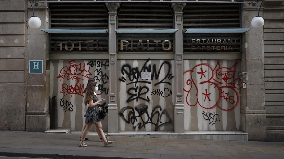 El Hotel Rialto, situado en la calle de Ferran, cerrado por la pandemia.