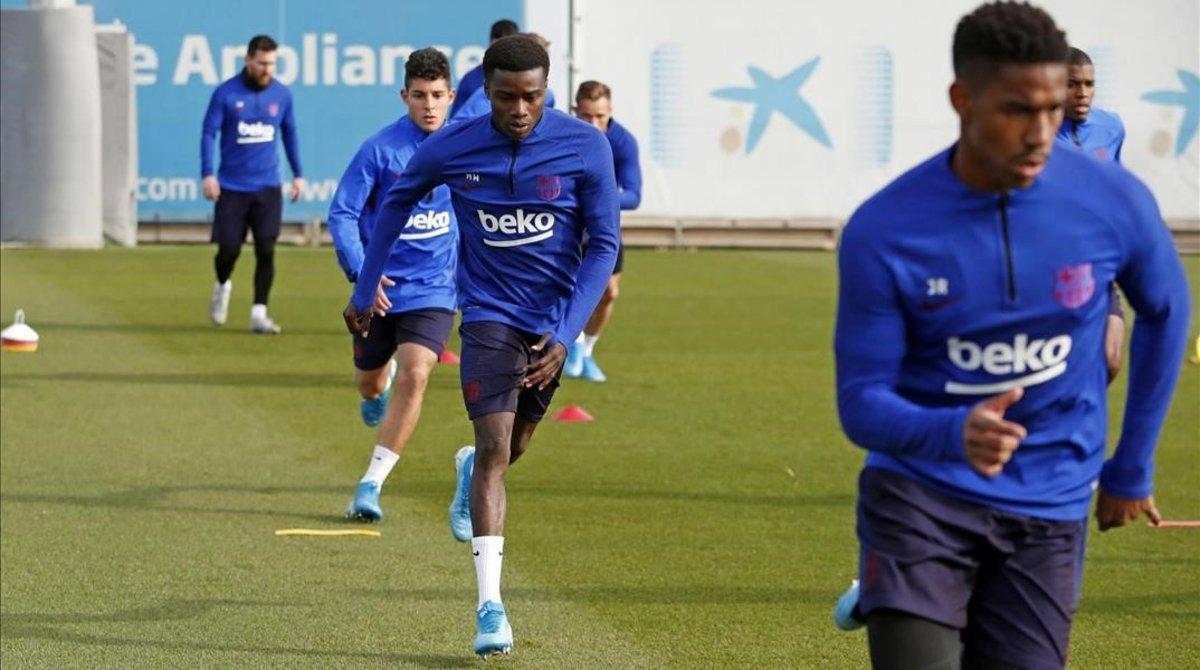 Moussa Wagué (en el centro) y Junior Firpo (derecha), en un entrenamiento en la Ciutat Esportiva Joan Gamper.
