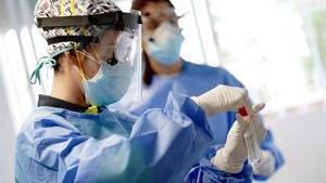 Un equipo de sanitarios trabaja en la realización de pruebas diagnósticas para rastrear casos de covid-19 en España.