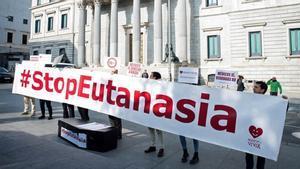 El PSOE i Podem volen que l'eutanàsia es pugui practicar a casa