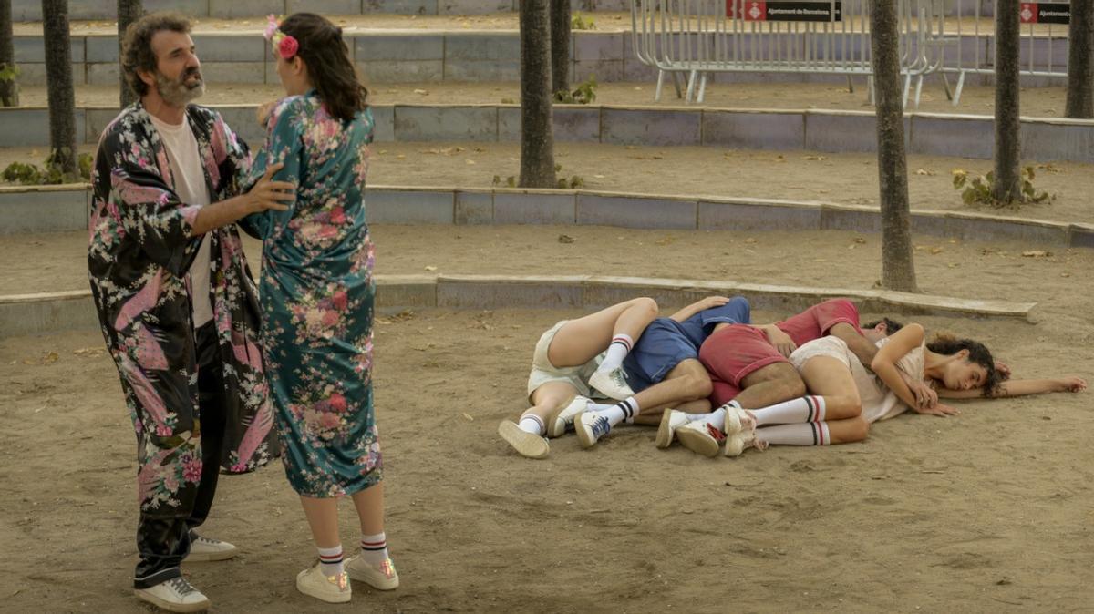 Teseu e Hipòlita discuten mientras los jóvenes están dormidos.