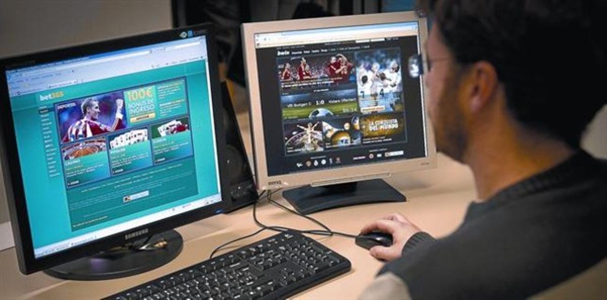 Un internauta navega por varias webs de apuestas deportivas.