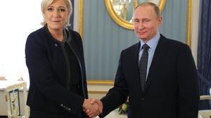 Vladímir Putin y Marine Le Pen se saludan en el Kremlin, el 24 de marzo del 2017.