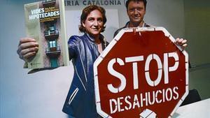 Ada Colau y Adrià Alemany, en la librería Catalònia, donde presentaron 'Vides hipotecades'.