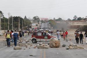 Manifestantes mantienen bloqueada una vía en Ica (Perú).