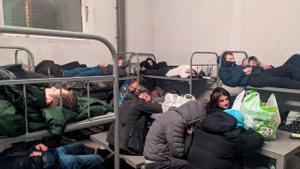 Celda atestada de arrestados en el centro de detención provisional de Sájarovo.