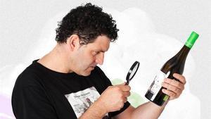 David Seijas, botella de vino en mano.