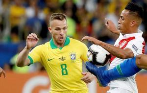 Arthur disputa un balón al peruano Christian Cueva en la final de la Copa América.