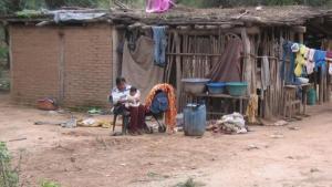 Familias viviendo en condiciones de pobreza en Argentina.