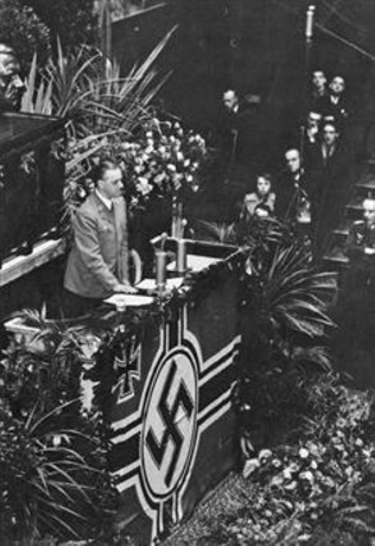 Rosenberg da un discurso enla Asamblea Nacional francesa, el 18 de noviembre de 1940, ante representantes de la Wehrmacht y el partido nazi.