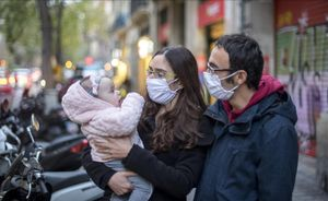 Salvador Pérez, Cristina Morera y su hija Sonia, en Barcelona, después de viajar desde Londres con las tres PCR que exigía el Gobierno.