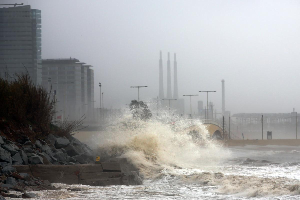 Imagen de archivo de un episodio de viento en el litoral barcelonés.