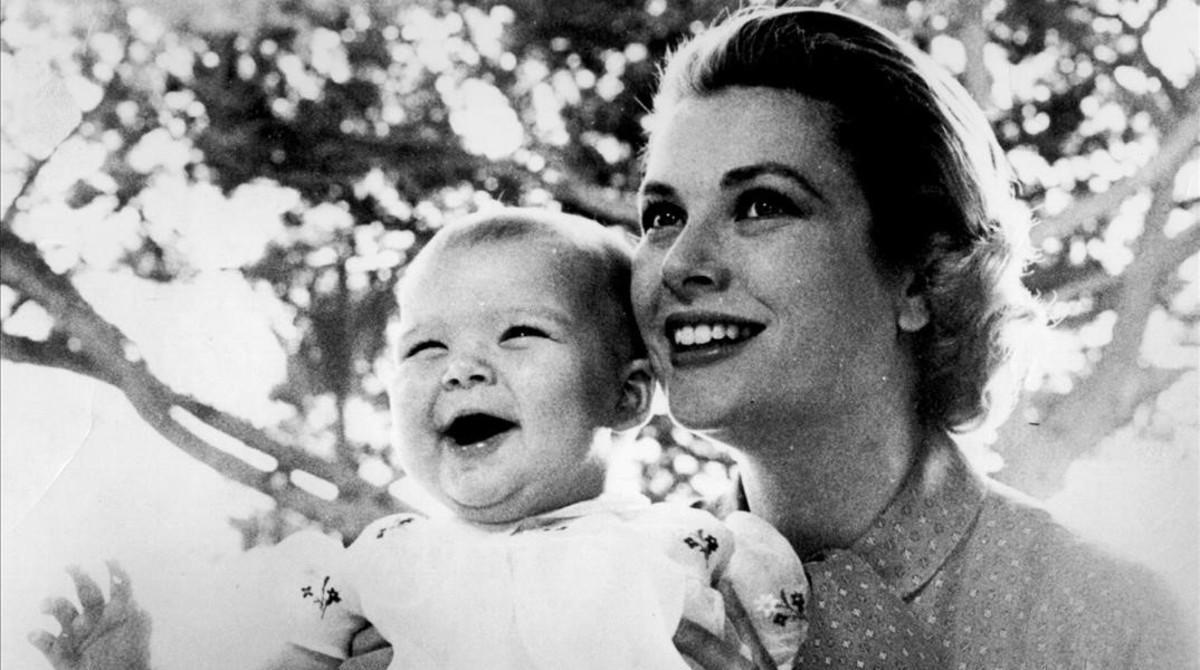 Grace Kelly posa con su priógénita, Carolina de Mónaco.