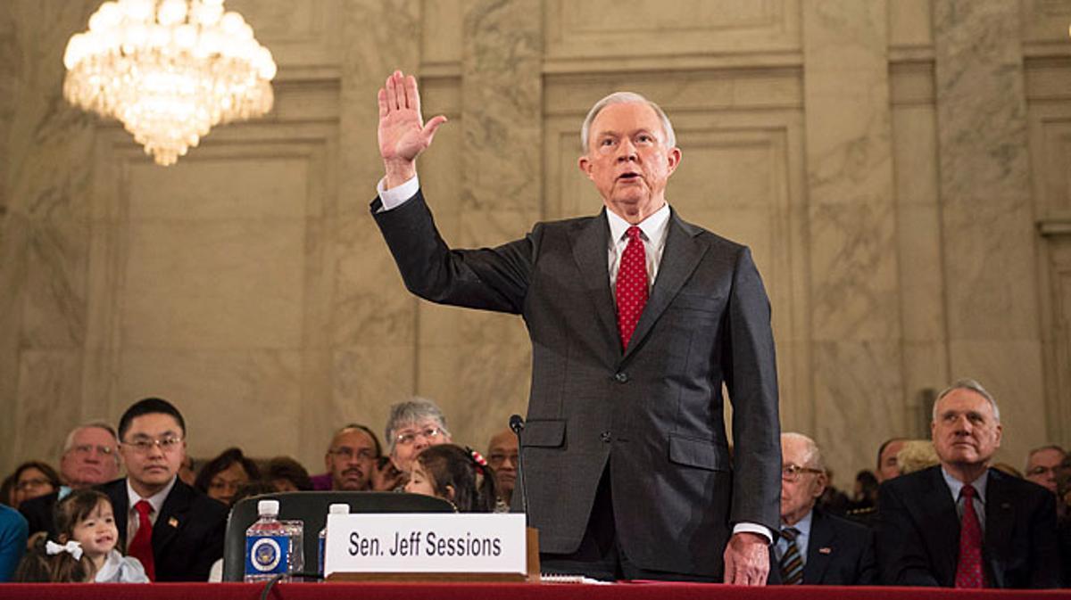 Jeff Sessions, elcandidato de Trump para Fiscal General, se desmarca y abjura del Ku Klux Klan entre protestas