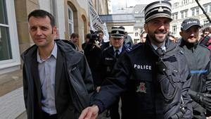 Edouard Perrin (izquierda), escoltado por la policía tras la primera jornada del juicio sobre el 'caso LuxLeaks', en Luxemburgo, este martes.