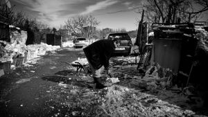 Un vecino palea la nieve en la Cañada Real de Madrid.