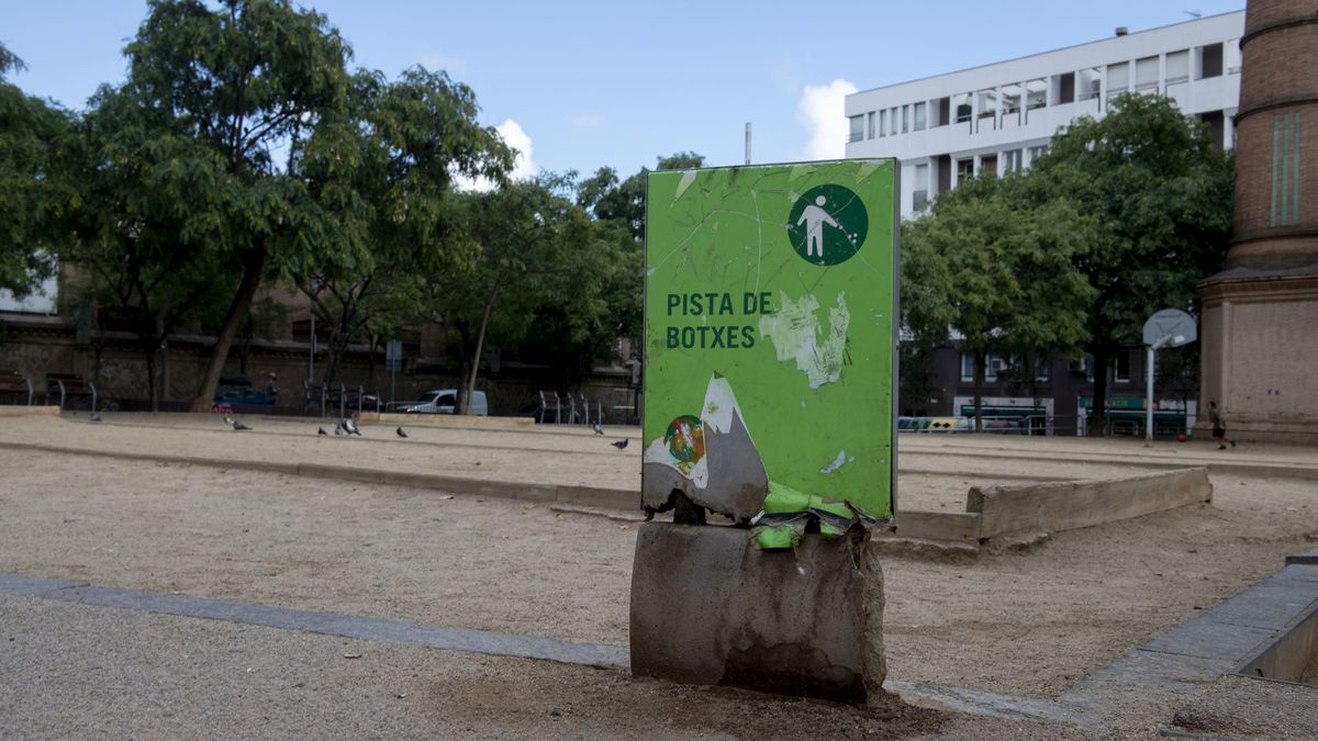 Rincón de la plaza de L'Olivereta, frente a unas pistas de petanca vacías.