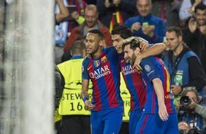 EL TRIDENTE. Neymar, Suárez y Messi se abrazan después de un hacerle un gol al City.