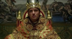 Jude Law, el papa oscurantista y temerario de 'The new pope' y 'The young pope'.