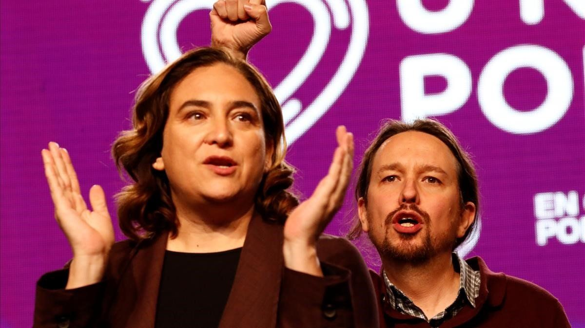 La alcaldesa de Barcelona, Ada Colau, y el secretario general de Podemos, Pablo Iglesias, el 8 de noviembre, en Madrid, en el cierre de la campaña electoral del 10-N.