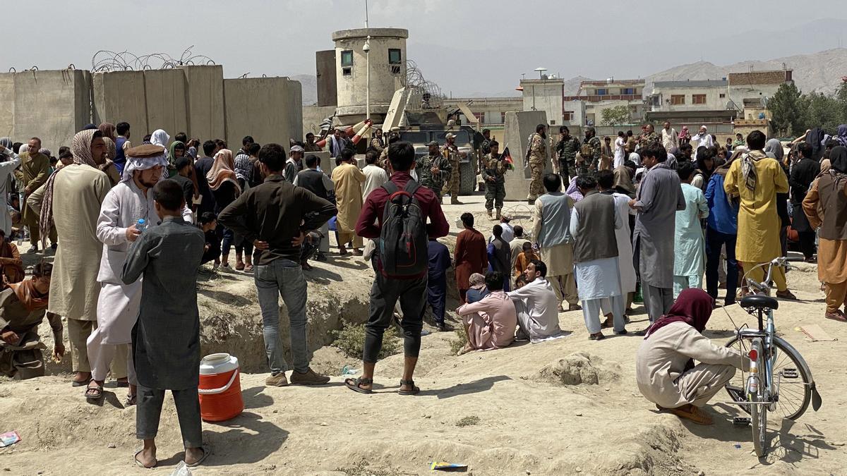 Afganos se reúnen frente al aeropuerto internacional Hamid Karzai para huir del país.