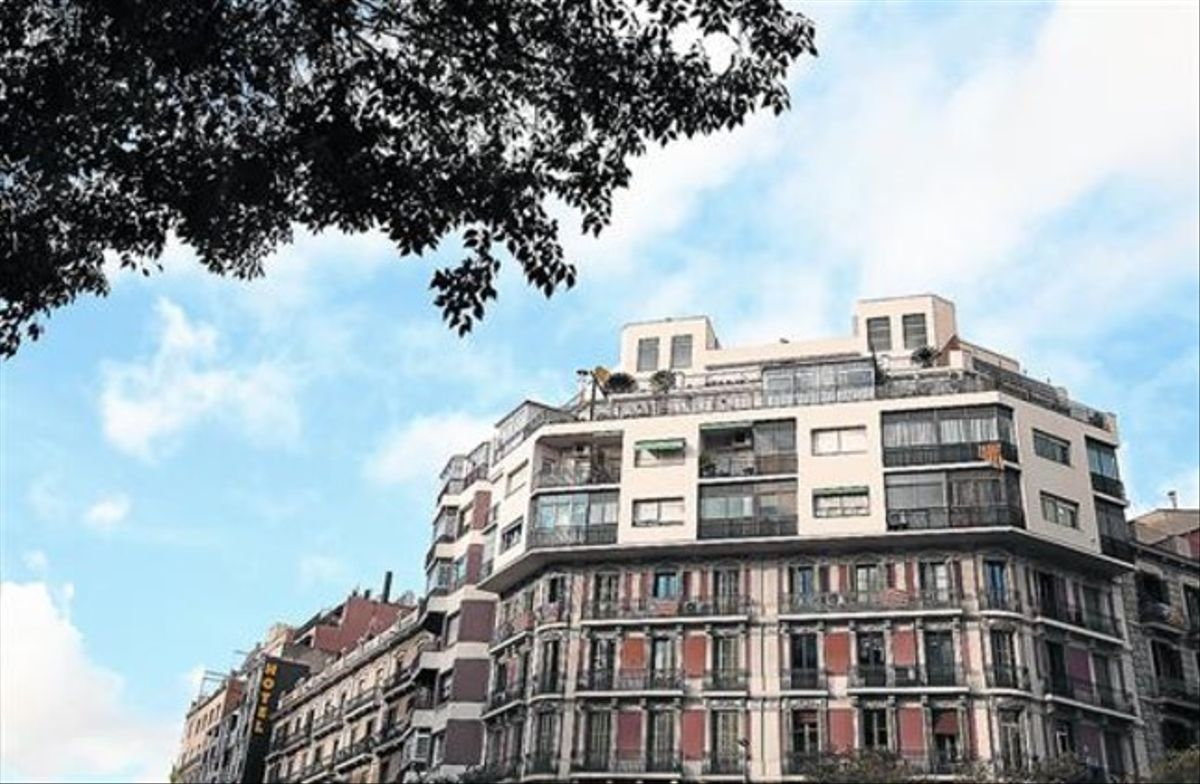 'Barret' 8 Edifici a la confluència dels carrers d'Aragó i Bailèn, amb diversos pisos afegits dècades enrere.