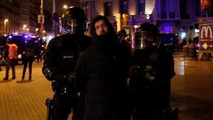 Detención de un manifestante en las protestas contra la detención de Pablo Hasél en Barcelona.