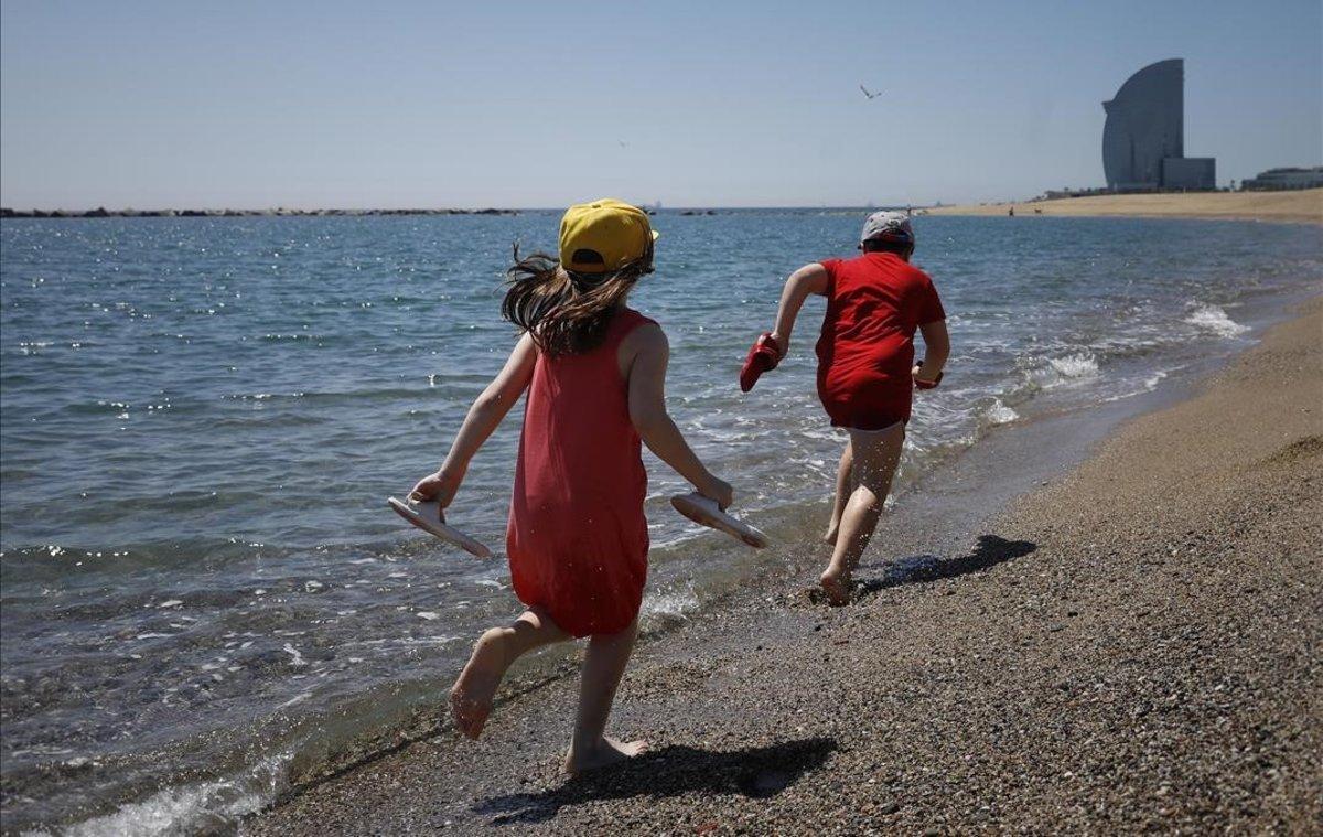 Niños jugando en la playa de la Barceloneta.