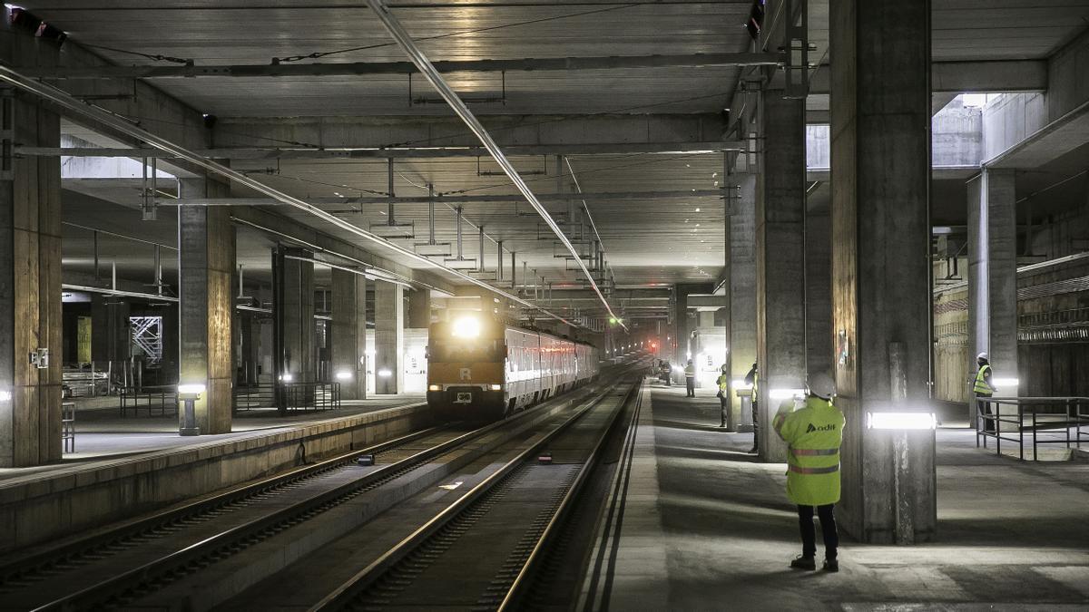 Primeros trenes con pasajeros (R-1) por las vías de la Sagrera, el pasado diciembre.