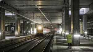 BARCELONA 08/12/2020 Els primers trens amb passatgers passen des d'avui per l'estació de La SagreraLa R1 de Rodalies travessa