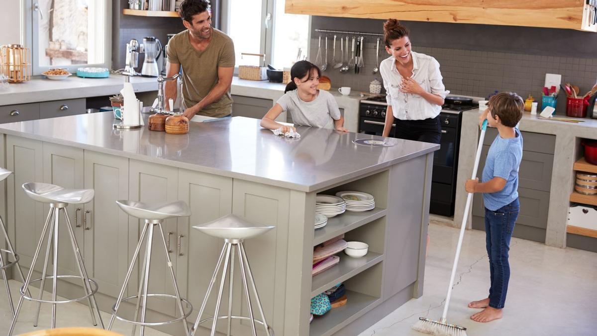 Una familia, limpiando la cocina.