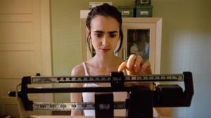 Lily Collins, en la película de Netflix 'Hasta los huesos'.