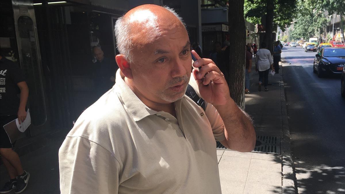 Patricio Quiroz, en el centro de Santiago de Chile, poco después de la entrevista con EL PERIÓDICO.