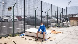 Marwan tiene 16 años y llegó nadando a Ceuta. Ahora sobrevive en las calles de la ciudad autónoma.