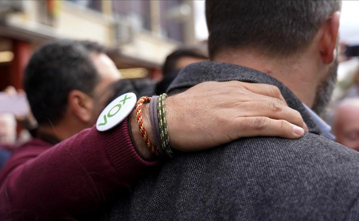 Santiago Abascal, con un seguidor de su partido, tras votar.