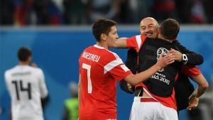 Cherchesov, seleccionador ruso, celebrando con sus jugadores